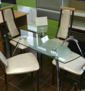 Стол стеклянный со стульями.