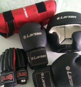 Перчатки, шлем, накладки для рук и ног