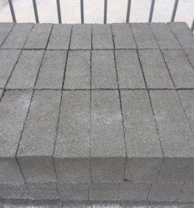 Кирпич бетонный, полуторный.