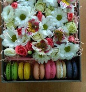 Коробочка с цветами и макарунсы