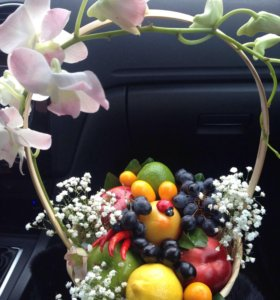 Корзинки с фруктами и цветами