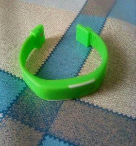 Часы електронные зелёного цвета