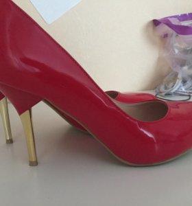 Новые туфли красные лаковые