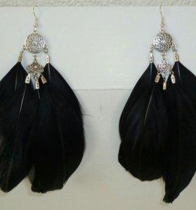 Сережки с черными перьями новые