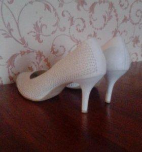 Туфли белые 39 р.