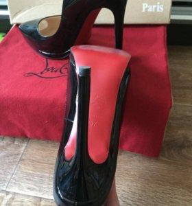 Шикарные лаковые туфли с красной подошвой
