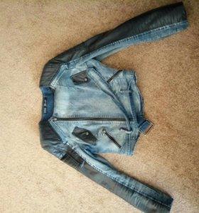 Джинсовая куртка с кожаными вставками.