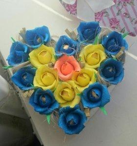 Цветы в коробочках с конфетами