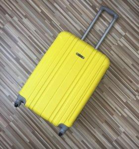 Средний новый пластиковый чемодан