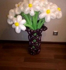 Букет из ромашек в вазе из воздушных шаров