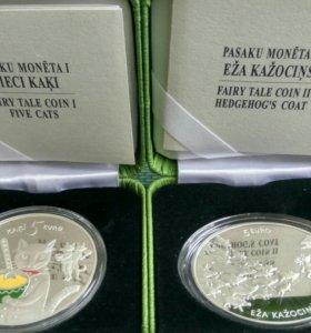 2 монеты Латвия 5 евро: Пять котов и Ежовая шубка!
