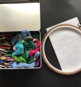 Набор для вышивки с мулине, пяльцем и канвой.