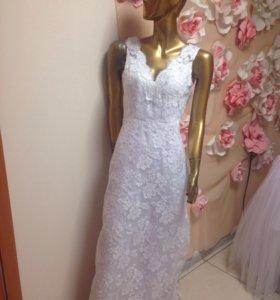 Платье а-силуэта из кружева, со шлейфом