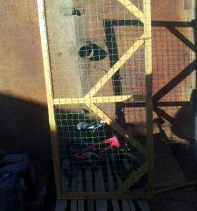 Деревянный забор с дверью'с сеткой!!!