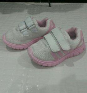 Продам летние кроссовки на девочку.