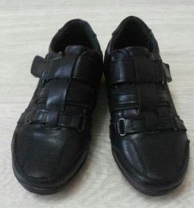 Новые туфли на мальчика.