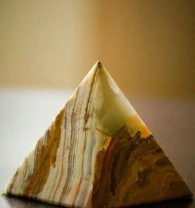 Пирамида из камня оникс