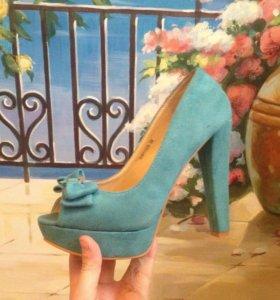 Туфли бирюзового цвета.