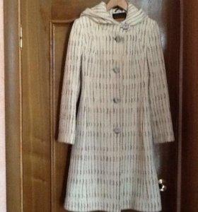 Пальто женское с капюшоном.