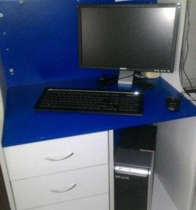 Рабочий компьютер вместе с клавиатурой.
