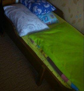 Деревянная кровать с матрасом