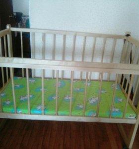 Детская кровать на колесиках с матрацом.