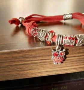 Красный браслет с украшениями
