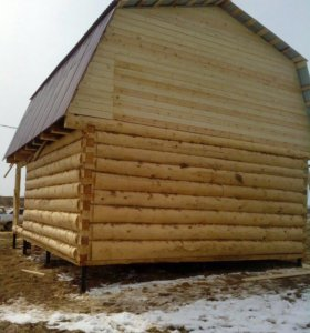 Сруб дома с верандой и мансардной крышей