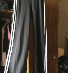 Спортивные брюки adidas.