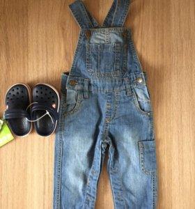 Комбинезон джинсовый и кроксы