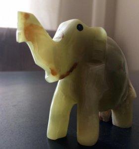 Фигурка слона, камень