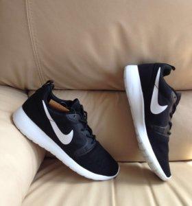 Кроссовки Nike roshe run чёрные с белой подошвой