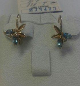 Золотые серьги на крючках с топазами.