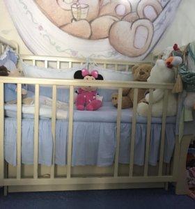 Детская кроватка с комплектом белья, бортами и мат