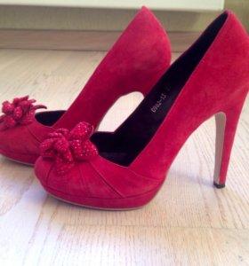 Замшевые красные туфли