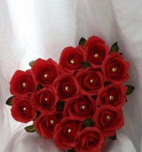 Сердце из красных роз с конфетами
