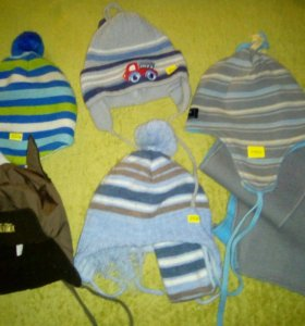 Много детских шапок