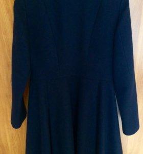 Пальто синего цвета.