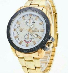 Красивые мужские часы.
