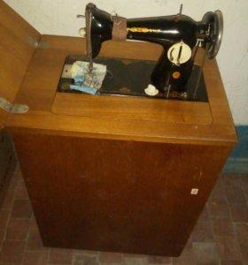 Швейная машинка в шкафчике