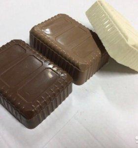 Брендовый шоколад в килограммовой упаковке.