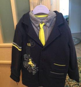 Пиджак с рубашкой и жёлтым галстуком