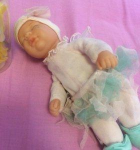 Сонная крохотная малышка в костюме феички