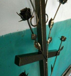 Надгробный кованый крест с розами.