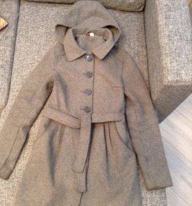 Серое демисезонное пальто на пуговицах с капюшоном