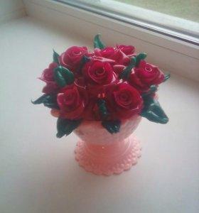Сувенирная ваза с розами из хлеба.