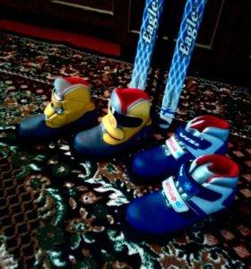 Лыжи с палками и две пары ботинок