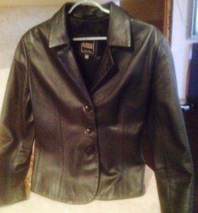 Женская кожаная куртка б/у в хорошем состоянии