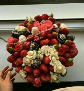 Изысканная коробочка с клубникой и цветами