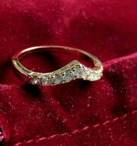 Кольцо позолоченное с фианитами размер 16 золотое